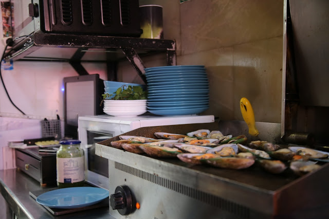 Mussels being grilled, market place bar, Santa Cruz de la Palma, Canary Islands Pic: Kerstin Rodgers/msmarmitelover