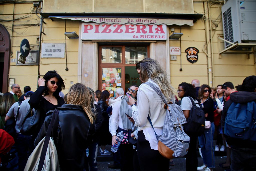 l'antica pizzeria da michele , Naples, queue outside pix: Kerstin Rodgers/msmarmitelover.com