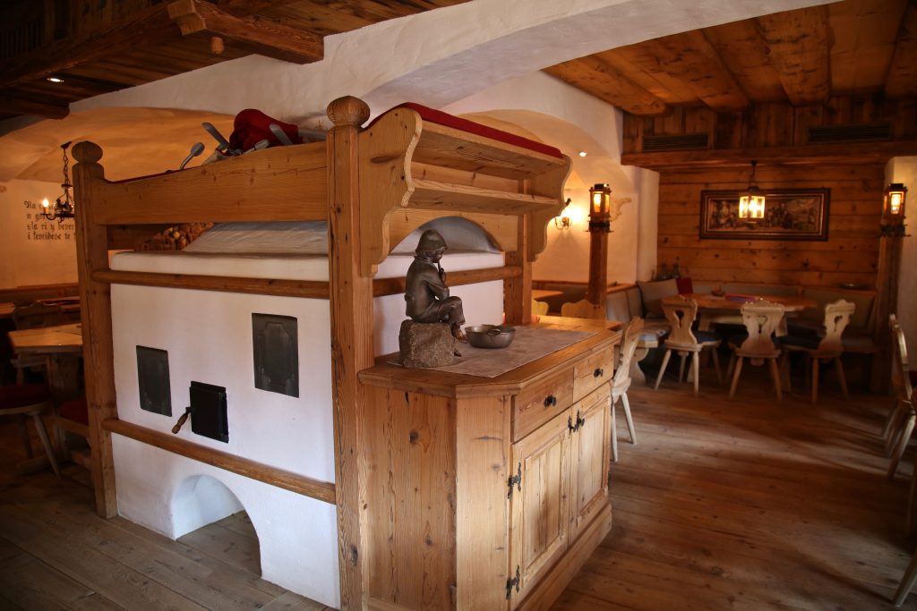 Feur oven in the middle of a restaurant pix: Kerstin Rodgers/msmarmitelover.com  Tyrol dolomites